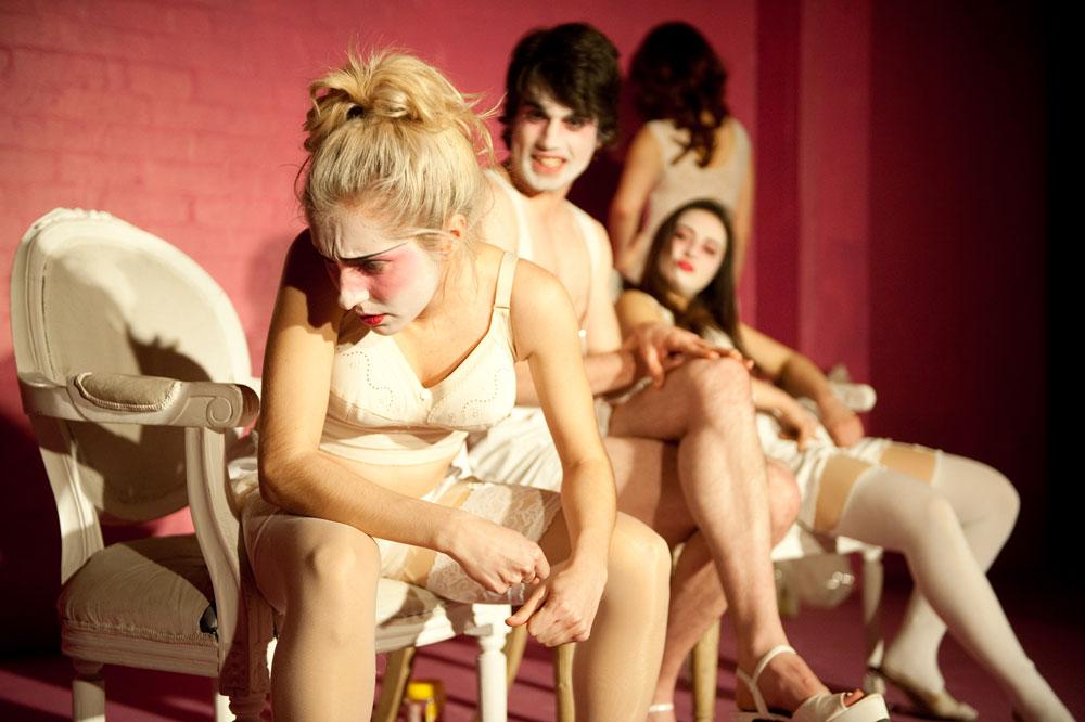 Девушка в театре делает минет